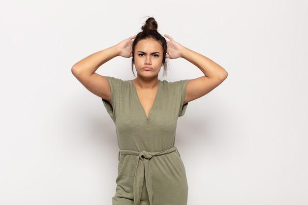 Mulher jovem e bonita se sentindo frustrada e irritada, cansada e cansada de fracassar, farta de tarefas enfadonhas