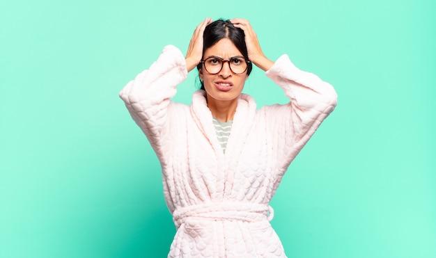 Mulher jovem e bonita se sentindo frustrada e irritada, cansada e cansada do fracasso, farta de tarefas enfadonhas e enfadonhas. conceito de pijama