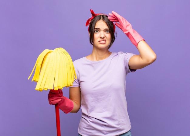Mulher jovem e bonita se sentindo frustrada e irritada, farta de fracassar, farta de tarefas enfadonhas e enfadonhas