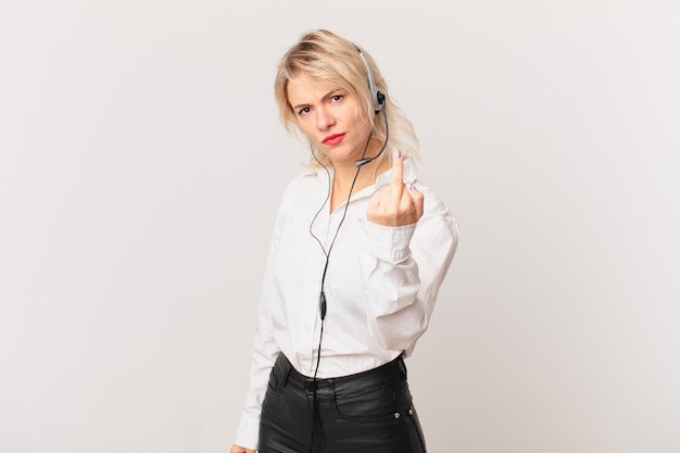 Mulher jovem e bonita se sentindo irritada, irritada, rebelde e agressiva. conceito de telemarketing