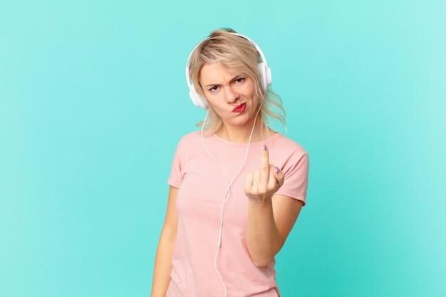 Mulher jovem e bonita se sentindo irritada, irritada, rebelde e agressiva