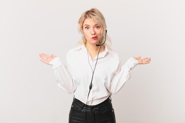Mulher jovem e bonita se sentindo perplexa, confusa e em dúvida. conceito de telemarketing
