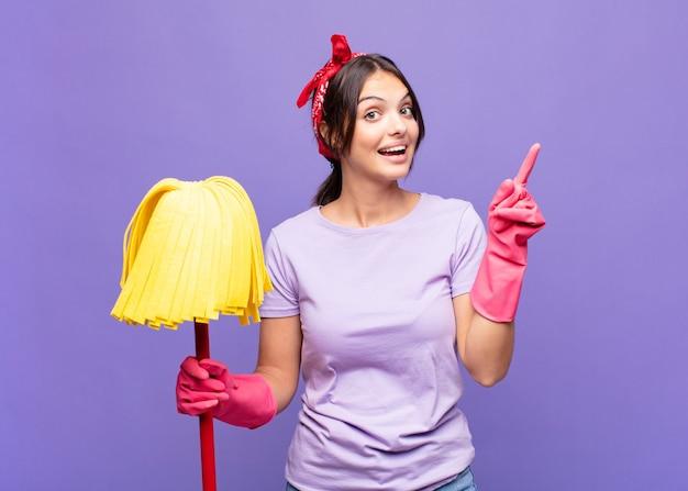 Mulher jovem e bonita se sentindo um gênio feliz e animado depois de realizar uma ideia, levantando o dedo alegremente, eureka!