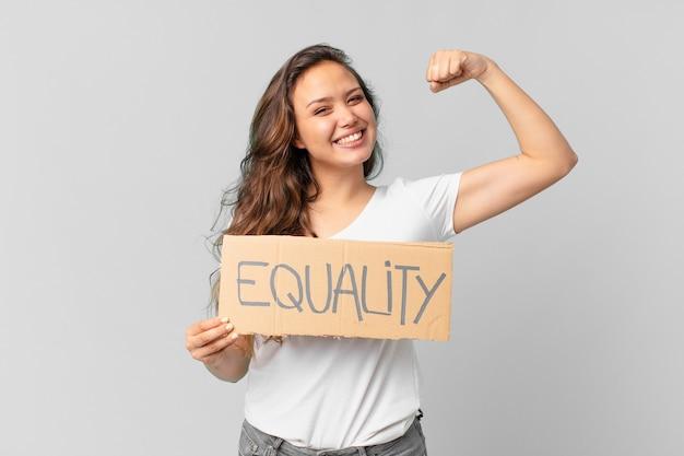 Mulher jovem e bonita segurando um cartaz de igualdade