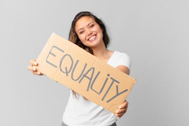 Mulher jovem e bonita segurando uma bandeira da igualdade