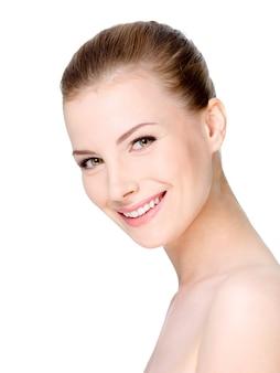 Mulher jovem e bonita sorridente com rosto limpo e fresco