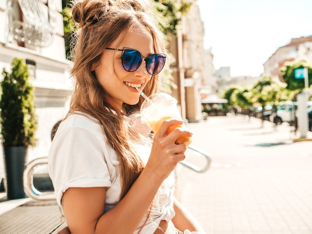Mulher jovem e bonita sorridente hippie com penteado cachos afro