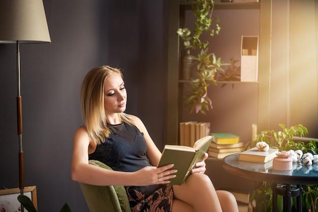 Mulher jovem e bonita sucesso loira lendo um livro