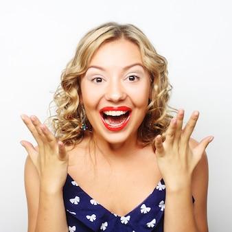 Mulher jovem e bonita surpresa. foto de estúdio.