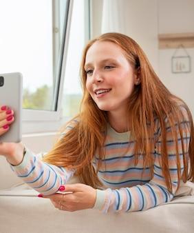 Mulher jovem e bonita tendo reunião online