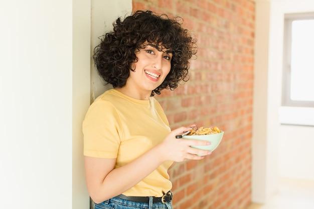 Mulher jovem e bonita tomando café da manhã em casa