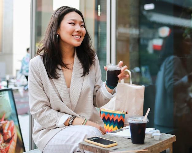 Mulher jovem e bonita tomando café