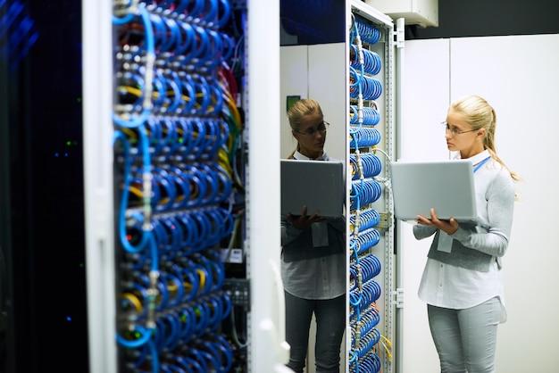 Mulher jovem e bonita trabalhando com servidores