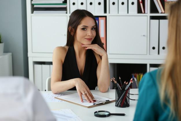 Mulher jovem e bonita trabalhando em seu escritório