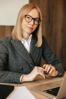 Mulher jovem e bonita trabalhando usando computador portátil, trabalhador de escritório responsável, concentrado e sério, bom.