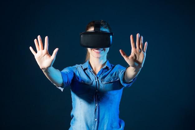 Mulher jovem e bonita usando óculos de realidade virtual