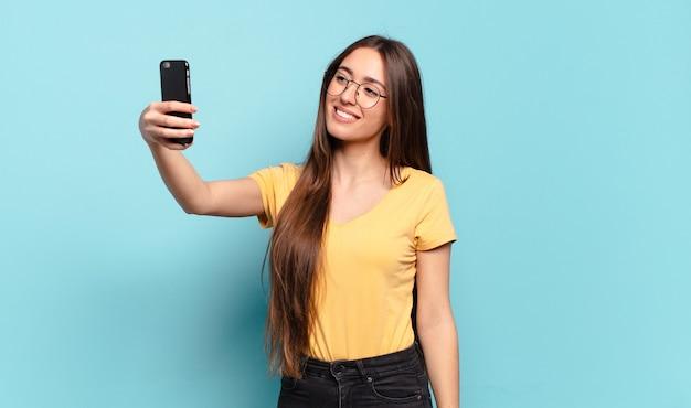 Mulher jovem e bonita usando seu celular.
