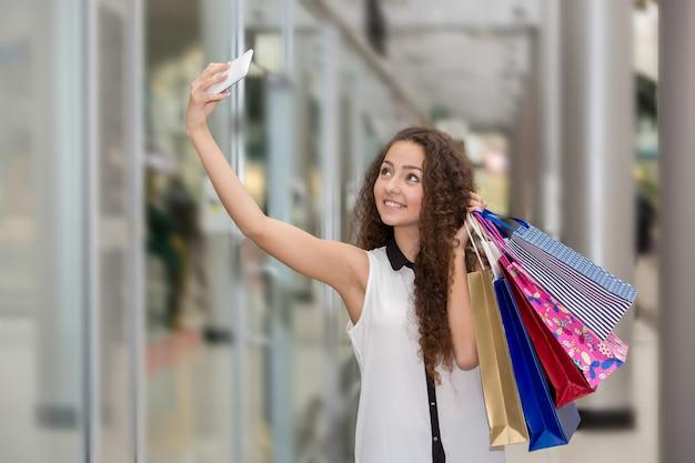 Mulher jovem e bonita vai às compras