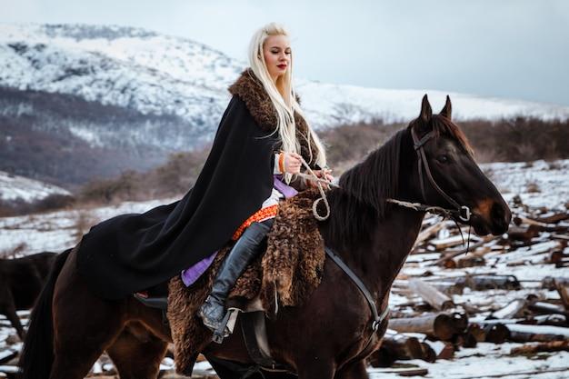 Mulher jovem e bonita vestida com roupas de viking