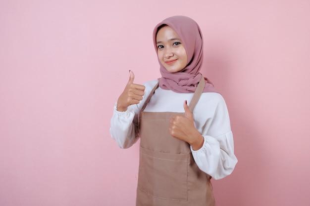 Mulher jovem e bonita vestindo avental sorrindo e feliz