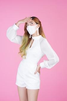 Mulher jovem e bonita vestindo uma máscara