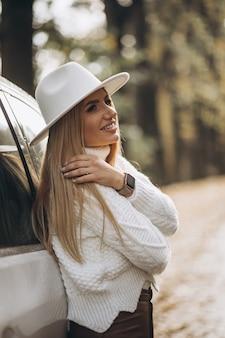 Mulher jovem e bonita viajando de carro