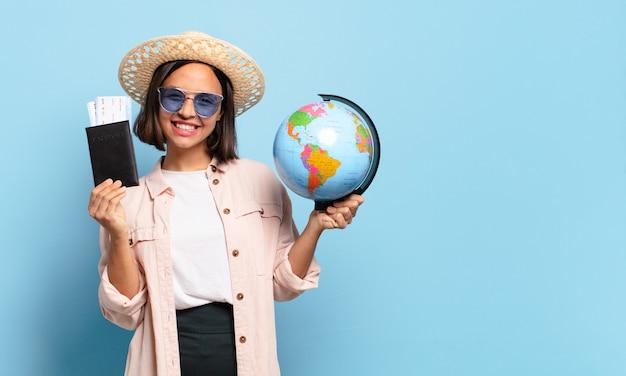 Mulher jovem e bonita viajante com um mapa do globo do mundo. conceito de viagens ou férias