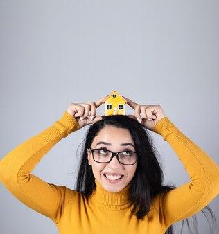 Mulher jovem e feliz modelo de casa principal