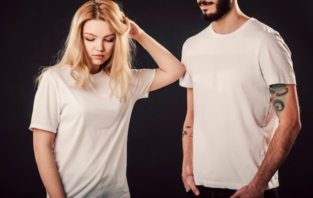 Mulher jovem e homem com camisa branca