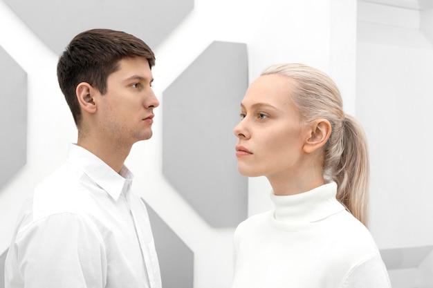 Mulher jovem e homem vestindo roupas brancas