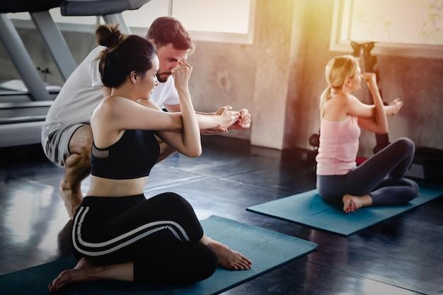 Mulher jovem, e, homens, treinamento, estilo vida, saudável, corpo, malhação, em, ginásio