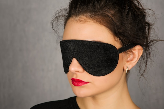 Mulher jovem e linda com máscara de dormir preta - imagem
