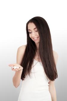 Mulher jovem e saudável, recusando-se a tirar o cigarro do maço. retrato do sinal de parada fêmea bonito da mostra com mão.