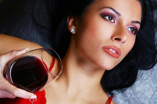 Mulher jovem e sexy com vinho