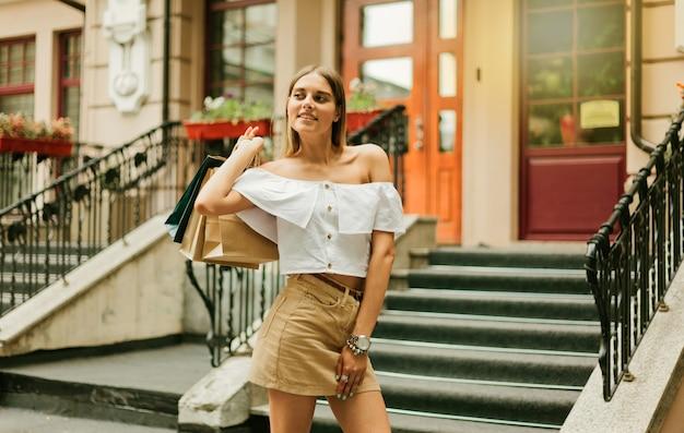 Mulher jovem e viciada em compras usando roupas da moda