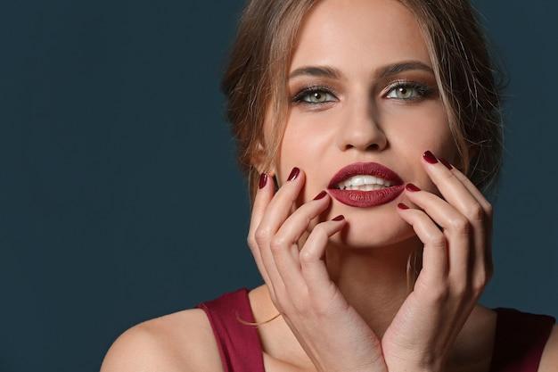 Mulher jovem elegante com bela manicure preto