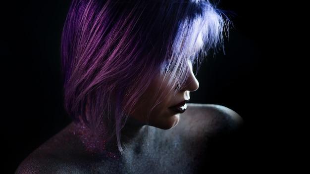 Mulher jovem elegante com cabelo azul púrpura elegante maquiagem brilhante