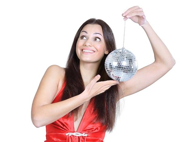 Mulher jovem elegante com uma bola de espelhos. foto com espaço de cópia