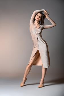 Mulher jovem elegante em fundo cinza