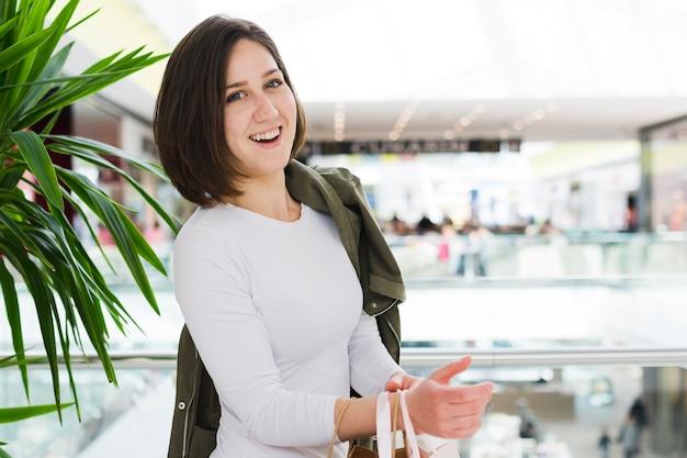 Mulher jovem, em, a, centro comercial