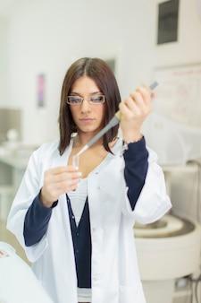 Mulher jovem, em, a, laboratório médico