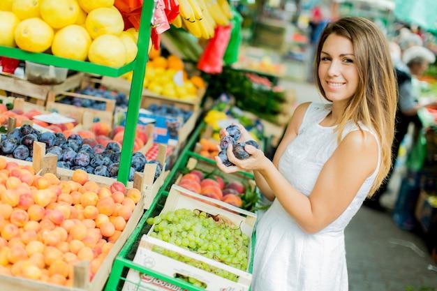 Mulher jovem, em, a, mercado