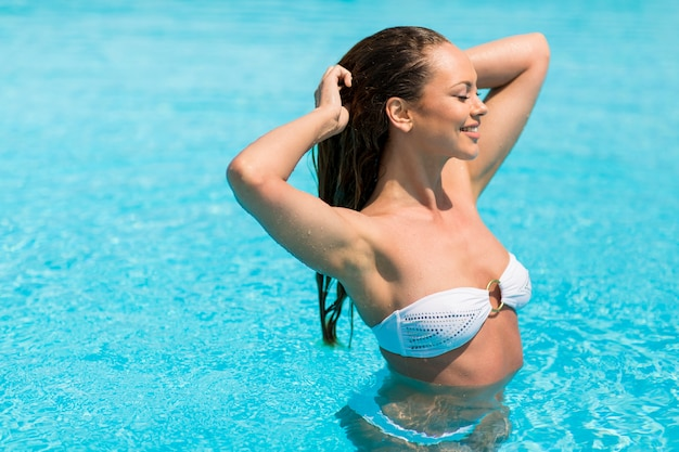 Mulher jovem, em, a, piscina