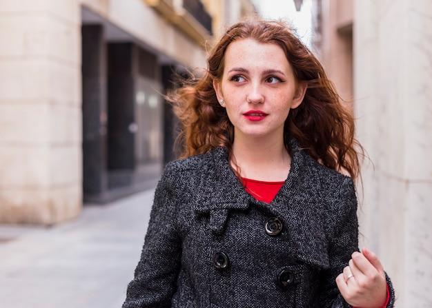 Mulher jovem, em, agasalho, andar, em, rua