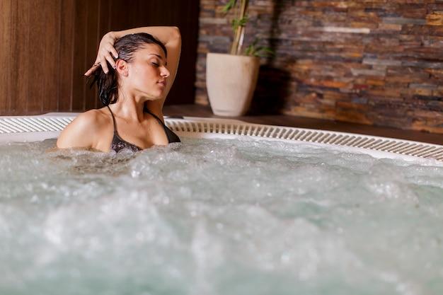 Mulher jovem, em, banheira quente