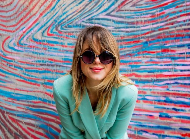 Mulher jovem, em, blazer, de, 90s, estilo, e, óculos de sol