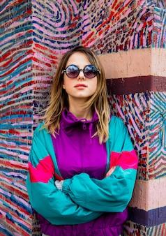 Mulher jovem, em, blazer, de, 90s, estilo