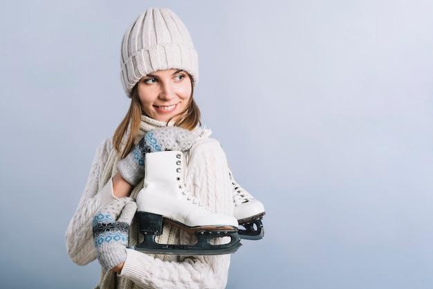 Mulher jovem, em, boné, com, patins