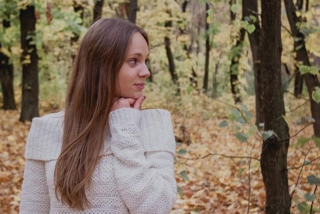 Mulher jovem, em, bonito, outono, parque