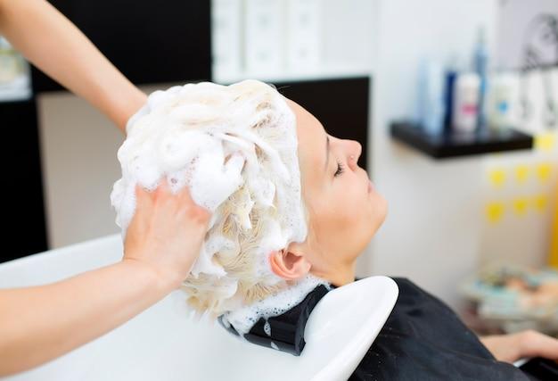 Mulher jovem, em, cabeleireira